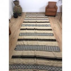 Très grand et long tapis berbère killim beige, marron et blanc