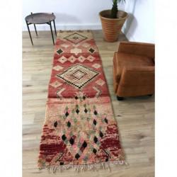 Long tapis berbère Boujad rouge rosé motifs géométriques losanges et petits carrés